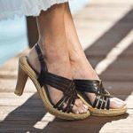 サンダルを履く綺麗な女性の足